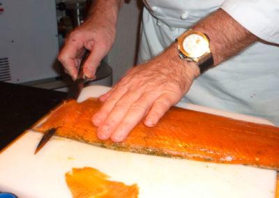 Das Schneiden von feinem mariniertem schottischem Lachs